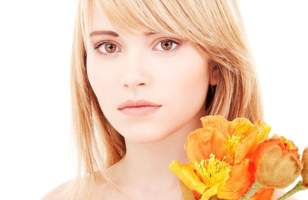 Jasny piękny nastolatek z kwiatami