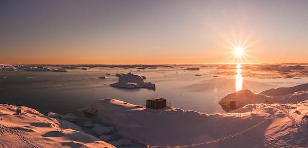 Jasny piękny zachód słońca nad linią brzegową antarktydy
