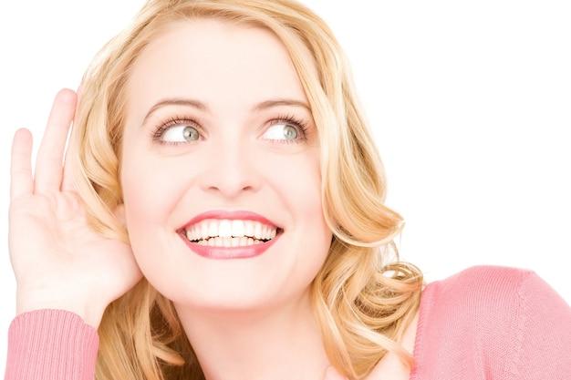 Jasny portret młodej kobiety słuchający plotek