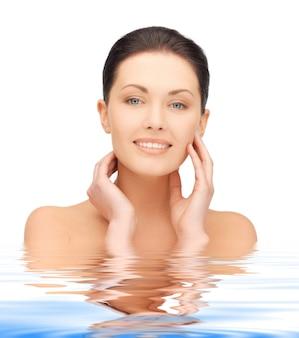 Jasny portret portret pięknej kobiety w wodzie