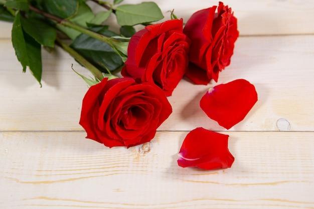 Jasny prezent z dużymi różami na walentynki lub dzień matki