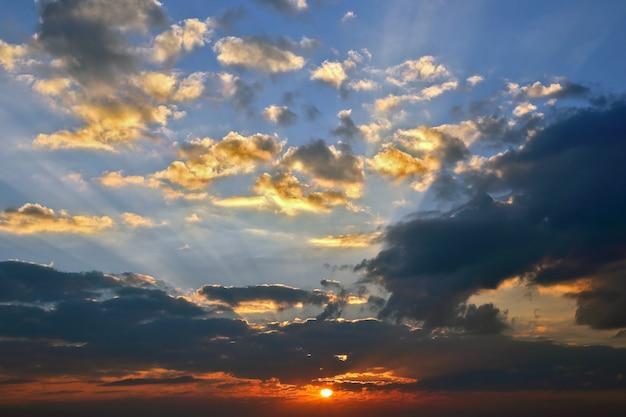 Jasny słoneczny świt w krajobrazie nieba