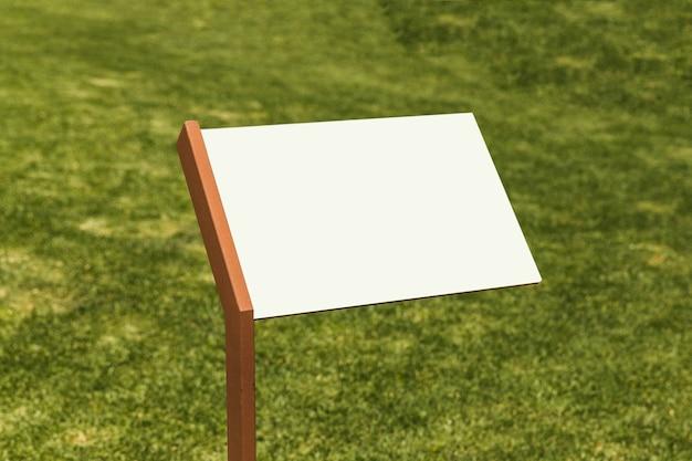 Jasny tablica informacyjna na zielonej trawie