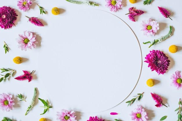 Jasny twórczy wzór świeżych kwiatów i liści. naturalna ramka kwiatów.