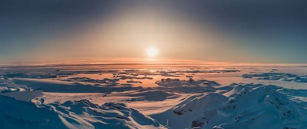 Jasny widok na zachód słońca na antarktydzie