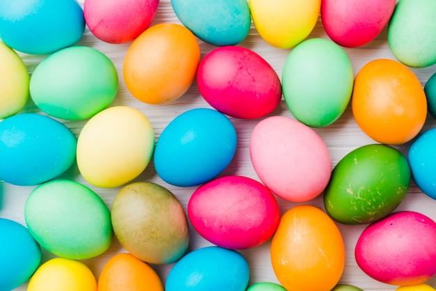 Jasny zbiór kolorowych jaj
