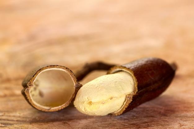 Jatoba do cerrado - drzewo owocowe szarańczy z indyjskiej szarańczy - hymenaea courbaril - na drewnianym stole