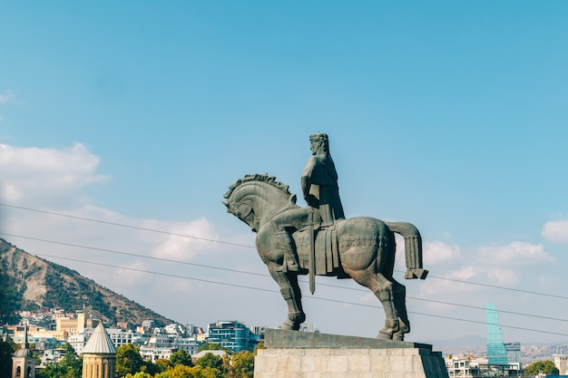 Jawna przyciąganie statua królewiątko vakhtang gorgasali przy metekhi kościół w tbilisi, gruzja.