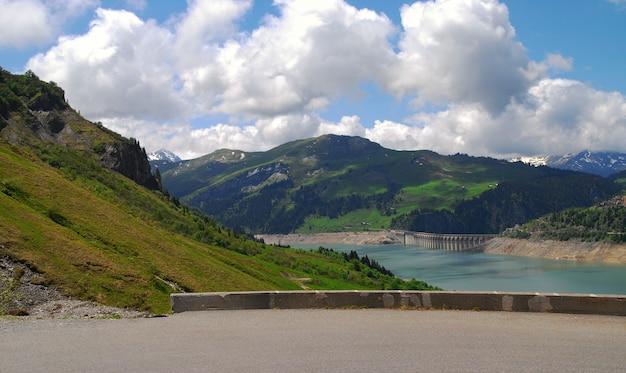 Jaz i jezioro roselend we francuskich alpach