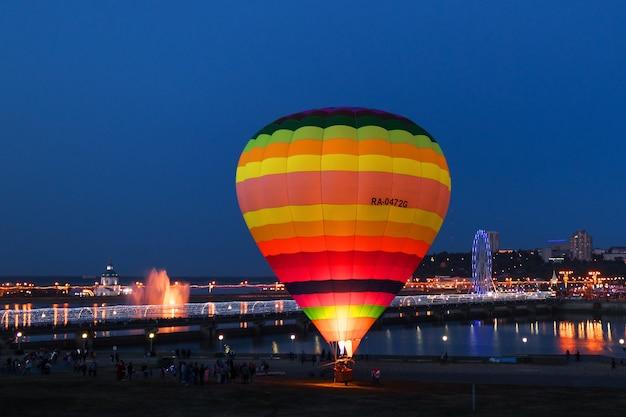 Jazda balonem w godzinach wieczornych. miasto czeboksary, rosja, 19.08.2018