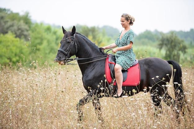 Jazda konna idzie ze swoim czarnym koniem