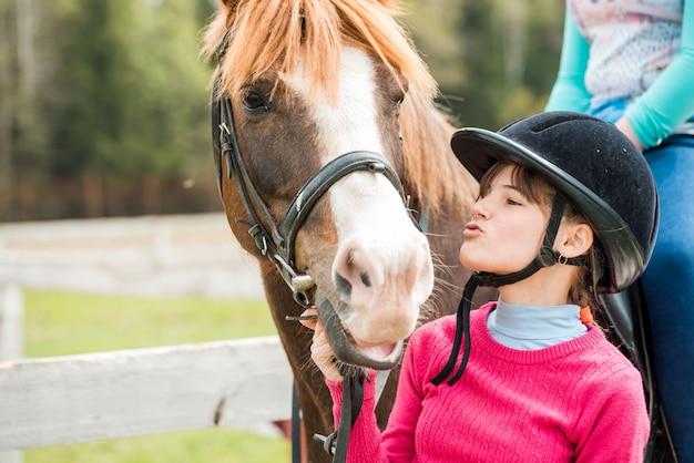 Jazda konna, piękny jeździectwo - mała dziewczynka jedzie na koniu
