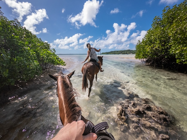 Jazda konna w lagunie esparto santo wyspa vanuatu