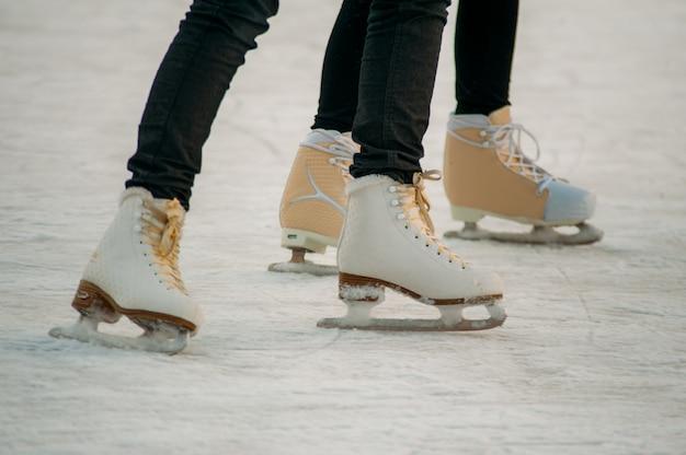 Jazda na łyżwach na lodowisku