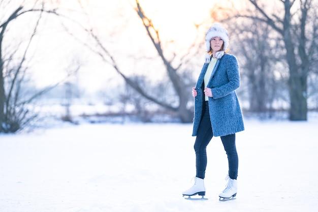 Jazda na łyżwach na zamarzniętym stawie w zimowy sztandar
