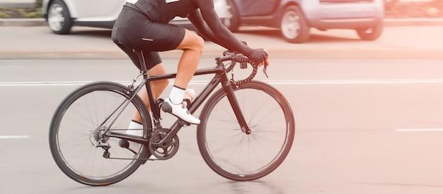 Jazda rowerem. rowerzysta jeździ po mieście z dużą prędkością. participat