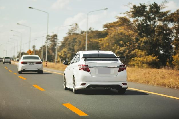 Jazda samochodem na drodze wysokiej