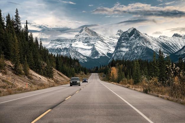 Jazda samochodem po autostradzie z górami skalistymi w parku narodowym banff w kanadzie