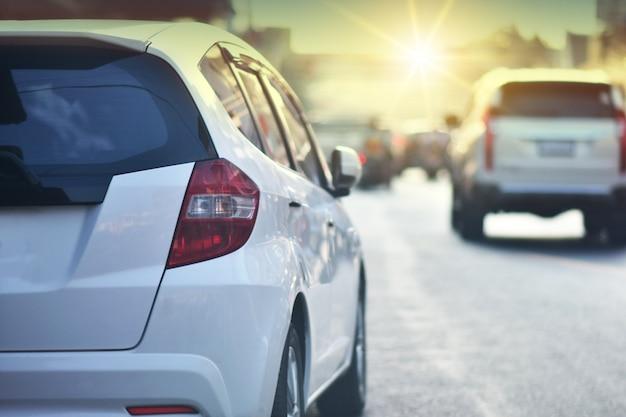 Jazda samochodem po drodze i mały fotelik samochodowy na drodze używany do codziennych podróży, prowadzenie samochodów auto automotive