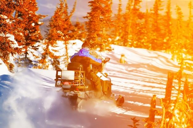 Jazda skuterem śnieżnym po górach