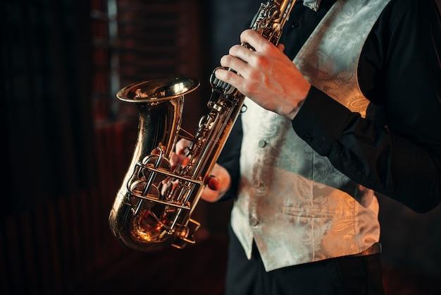 Jazz człowiek ręce trzymając saksofon zbliżenie