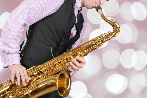 Jazzowy saksofonista podczas występu na scenie.