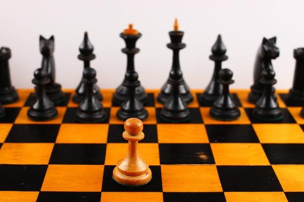 Jeden biały pionek na czarnych szachach
