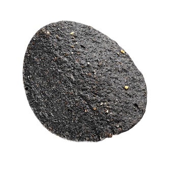 Jeden czarny chip ziemniaczany na białym tle. zdjęcia makro.