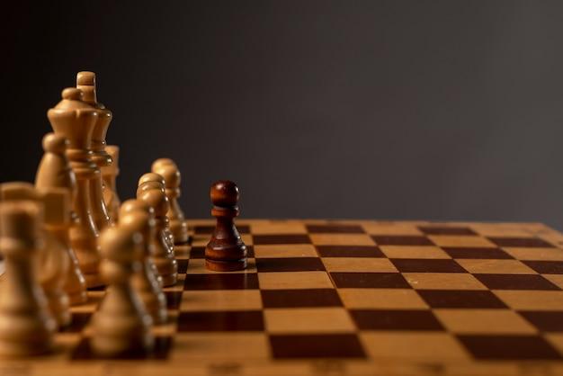 Jeden czarny pionek przeciwko wielu innym. inaczej niż w przypadku koncepcji monopolu i nierówności
