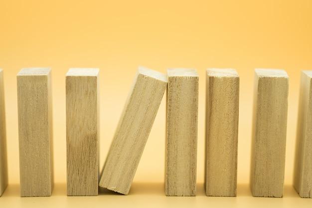 Jeden drewniany blok zatrzymujący się zapada efekt drewnianych klocków.