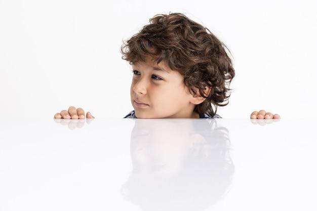 Jeden kaukaski ładny chłopiec w wieku przedszkolnym na białym tle studio tło dla ad