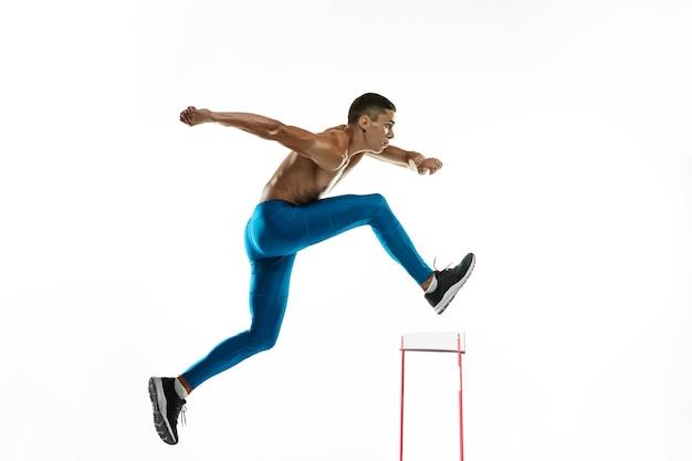 Jeden kaukaski profesjonalny męski sportowiec biegacz trening na białym tle
