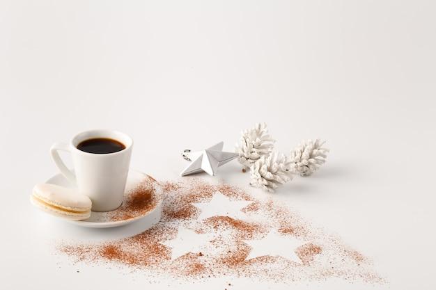 Jeden mały kubek kawy i kakao w proszku na białym stole