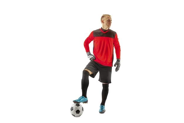 Jeden męski piłkarz bramkarz stojący i trzymający piłkę. sylwetka na białym tle studio