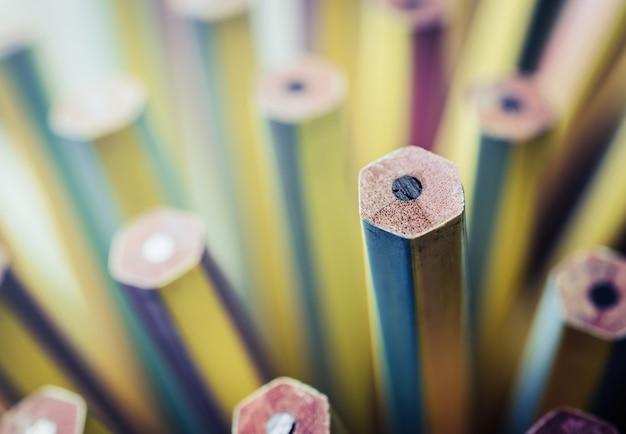 Jeden nowy ołówek wyróżniający się od tępych.