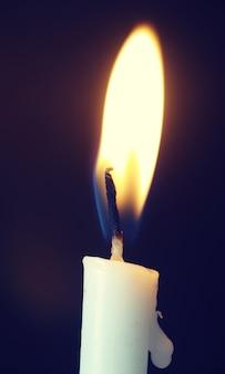 Jeden świeczka Płomień Przy Nocy Zbliżeniem Premium Zdjęcia