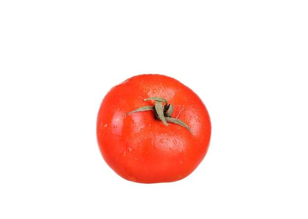 Jeden świeży pomidor czerwony na białym tle na białej powierzchni