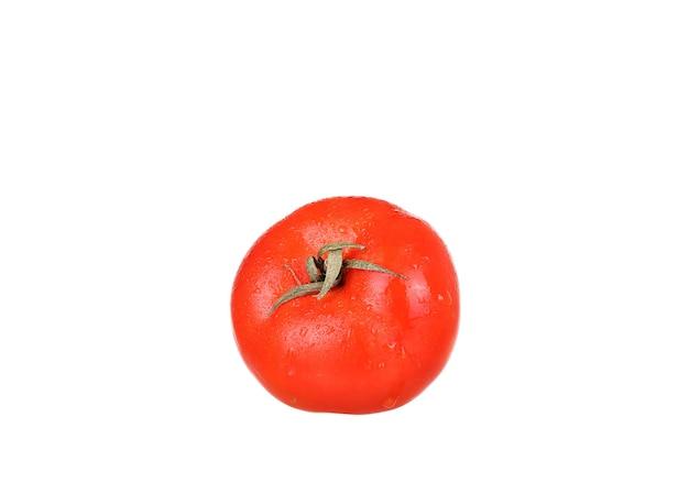 Jeden świeży pomidor czerwony na białym tle