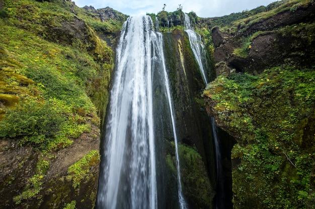 Jeden z małych wodospadów obok wodospadu seljalandsfoss spada bardzo mocno. islandia