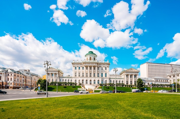 Jeden z najbardziej znanych klasycystycznych budynków w moskwie, obecnie należący do rosyjskiej biblioteki państwowej