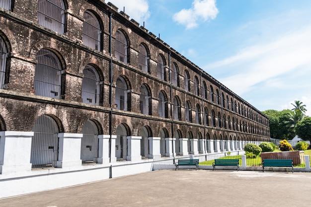 Jeden z ocalałych budynków starego brytyjskiego więzienia w porcie blair po ii wojnie światowej. wyspy andaman i nicobar indie