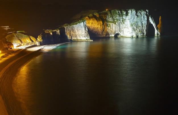 Jeden z trzech słynnych białych klifów znanych jako falaise de aval. etretat, francja. nocna scena. marzec 2014.