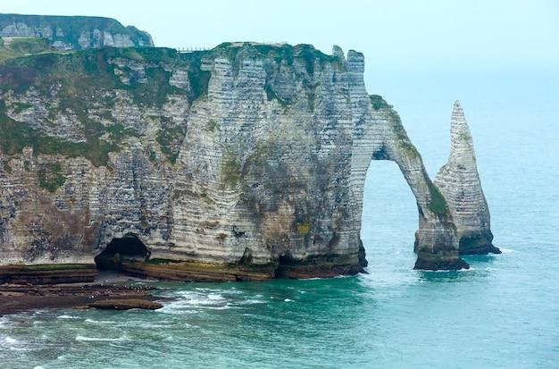 Jeden z trzech słynnych białych klifów znanych jako falaise de aval. etretat, francja.