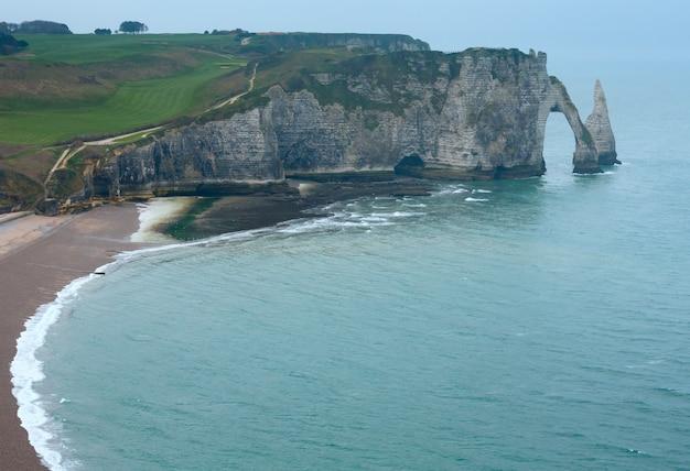 Jeden z trzech słynnych białych klifów znanych jako falaise de aval w etretat we francji.