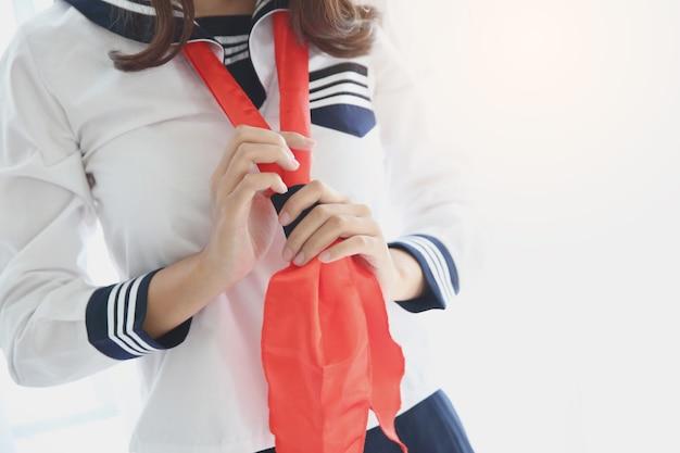Jedna azjatycka uczennica ubiera się w biały ton i flarę