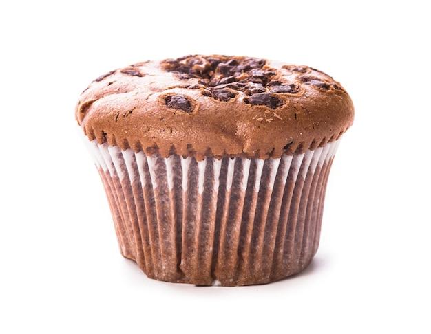 Jedna babeczka czekoladowa na białym tle