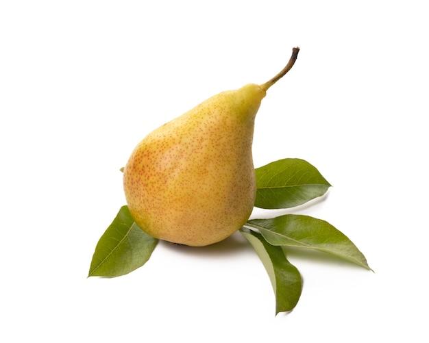 Jedna dojrzała gruszka z zielonym liściem na białym tle
