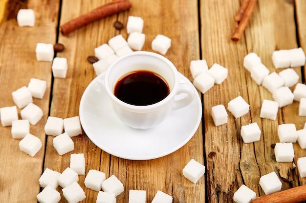 Jedna filiżanka kawy espresso w pobliżu kostek cukru
