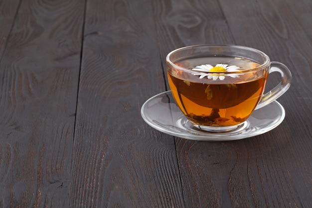 Jedna filiżanka ziołowej herbaty rumiankowej