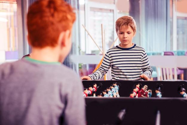 Jedna gra. dwoje dzieci przygotowujących się do gry, zajmując pozycje